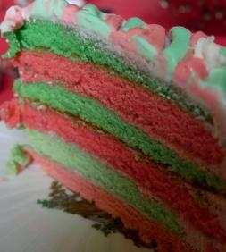 Gâteau multicolore aux fruits rouge