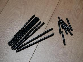"""Coupez vos 6 pailles à la même longueur ; choisissez-la en fonction de la taille que vous voulez obtenir. Coupez au moins la partie """"dépliable"""" pour que ça ne fasse pas moche, enfin c'est juste un conseil !!"""