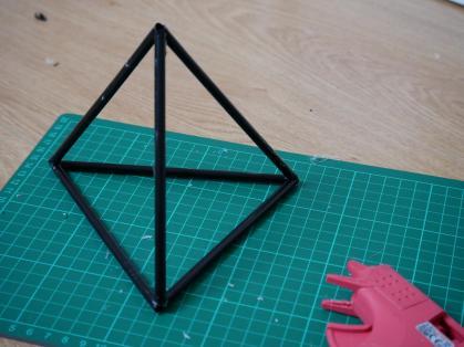 Puis, collez vos pailles restantes pour obtenir cette forme là :